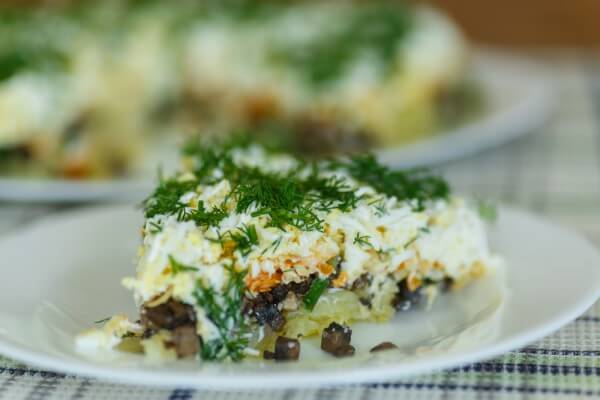 На фото Слоеный салат из картофеля и грибов