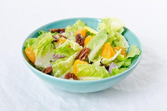 На фото Апельсиновый салат с орехом пекан