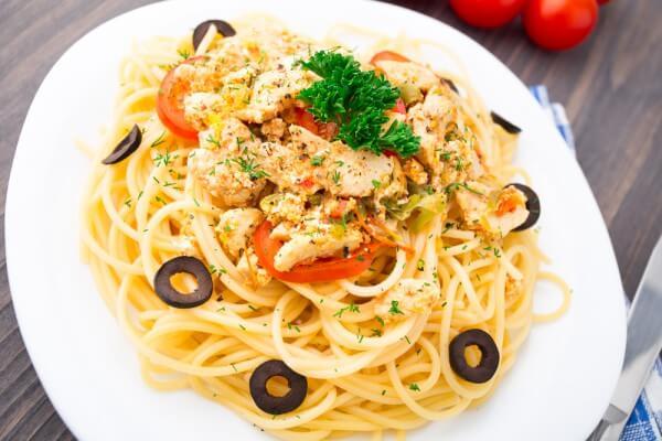 На фото Спагетти с курицей и оливками