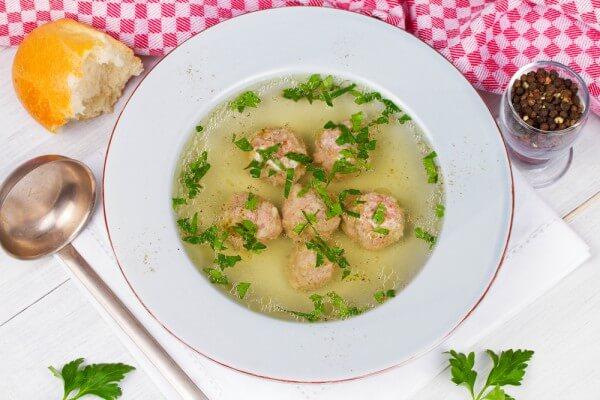 На фото Чешский суп с кнедликами