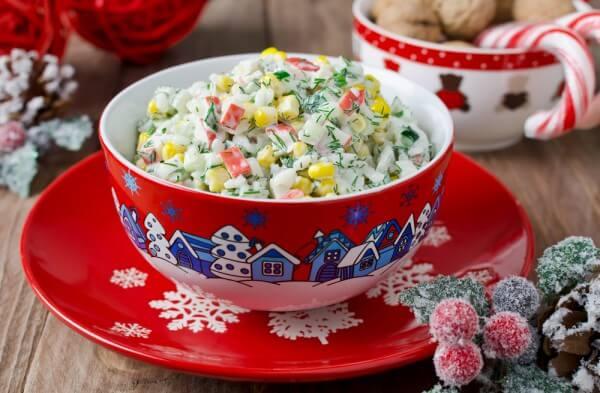 На фото Салат из крабовых палочек с рисом