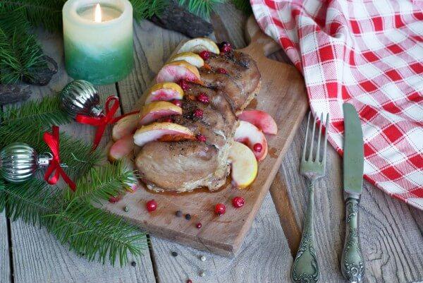 На фото Запеченная свинина с яблоками и клюквой