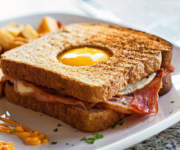 """На фото Сэндвич """"Яйцо в норке"""""""