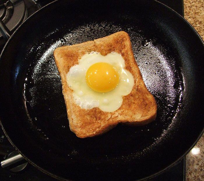 На фото Яйцо в хлебе (яйцо по-бирмингемски)