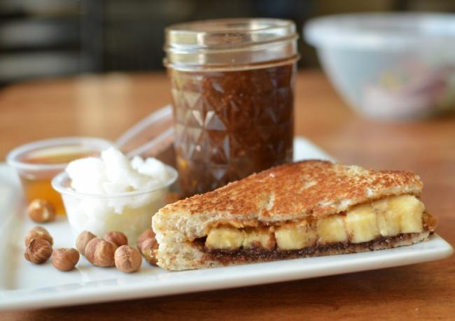 На фото Сэндвич с бананом и нутеллой