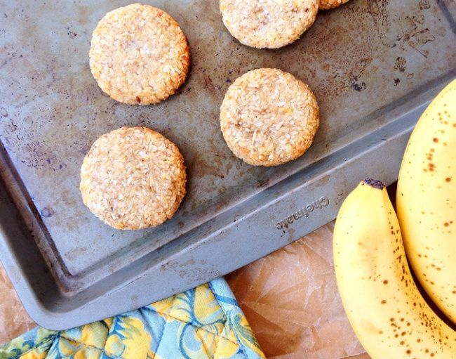 На фото Банановое печенье с кокосовой стружкой