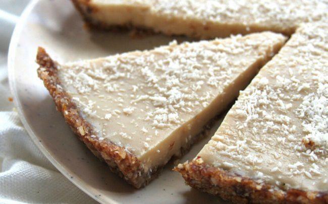 На фото Кокосовый пирог без выпечки