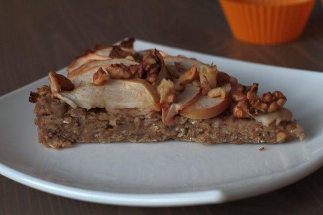 На фото Овсяный пирог с бананами и яблоками