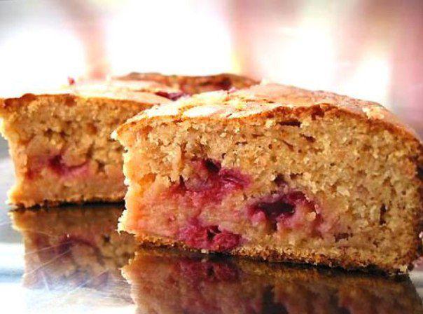 На фото Быстрый пирог из кефира и варенья