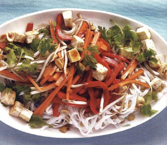 На фото Жаренная лапша с тофу и овощами