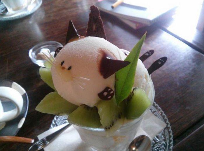 На фото Японское кафе готовит десерты в виде котов