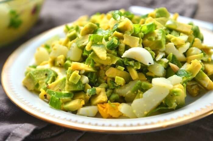 На фото Салат из авокадо и картофеля