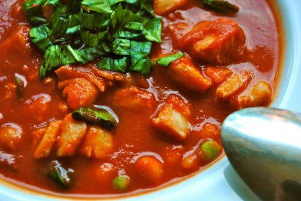 На фото Томатный суп с копченой треской