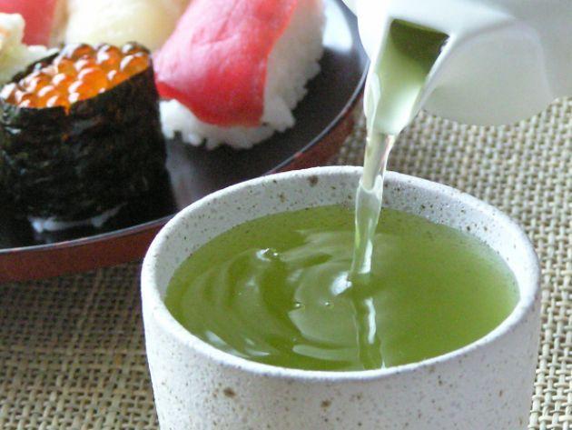 На фото Какие напитки подают к суши?