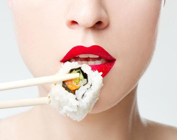 На фото Суши калорийнее картофеля-фри