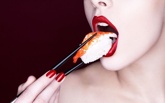 На фото Как есть суши?
