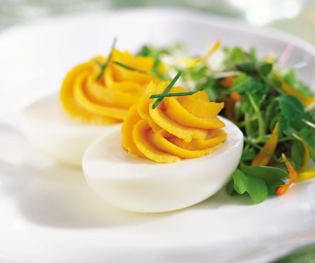 На фото Яйцо-помадка (Молекулярная кухня)