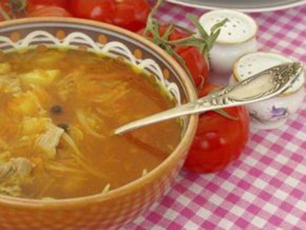 На фото Легкий куриный суп