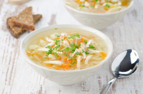 На фото Куриный суп с лапшой и овощами