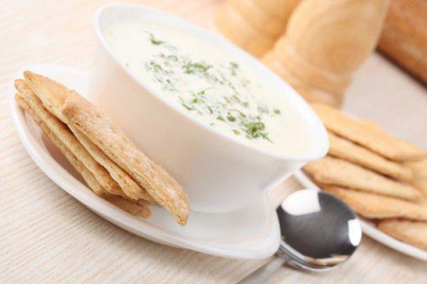 На фото Молочный суп с гренками
