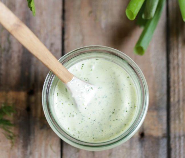На фото Классический соус к салату «Цезарь»