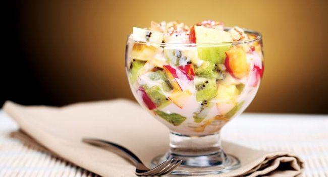 На фото Фруктовый салат с йогуртом