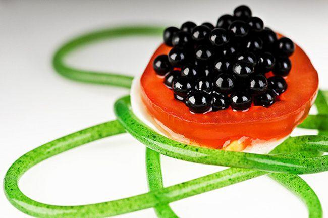 На фото Бальзамическая икра (Молекулярная кухня)