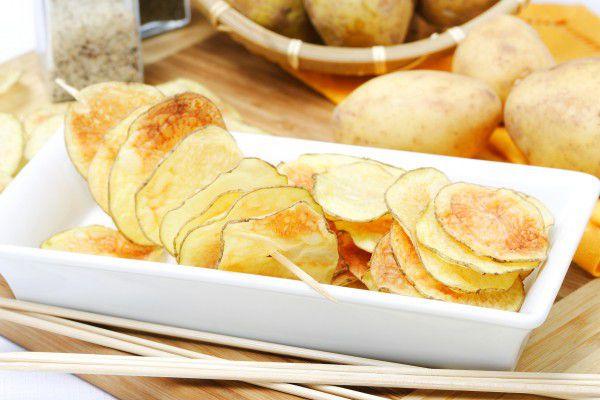 На фото Домашние картофельные чипсы
