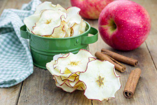На фото Яблочные чипсы