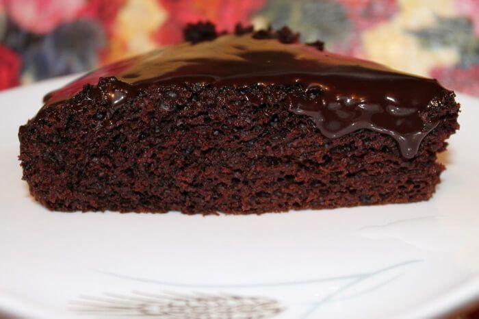 На фото Шоколадный пирог без яиц и молока