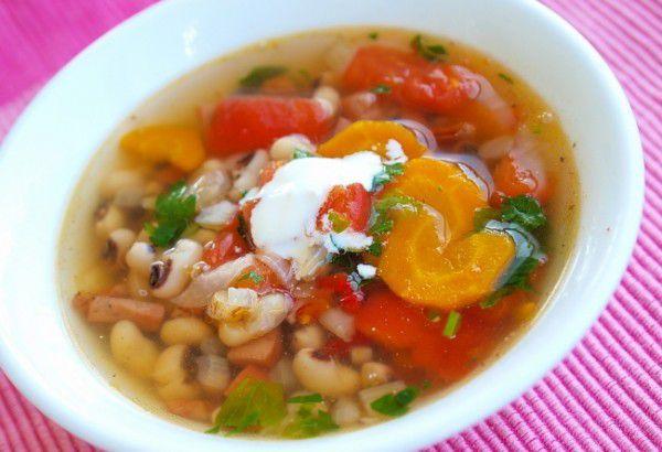На фото Фасолевый суп с копченостями