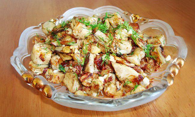 На фото Жаренные баклажаны с сушеными грибами (без соли)