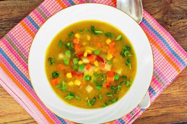 На фото Постный суп с кукурузой и горошком