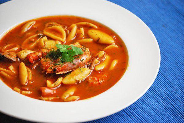 На фото Томатный суп с морепродуктами и пастой