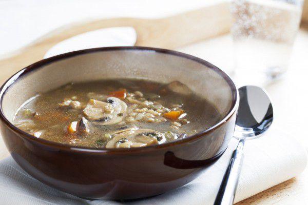 На фото Постный грибной суп с перловкой