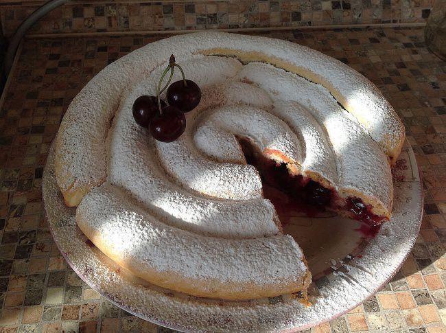На фото Хитрый пирог с вишней