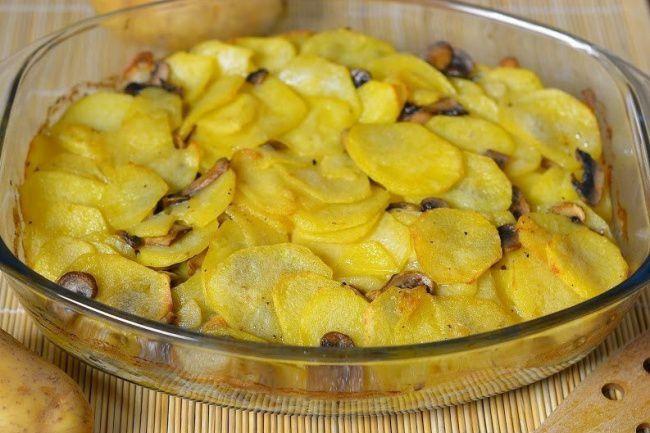 На фото Запеченный картофель с грибами