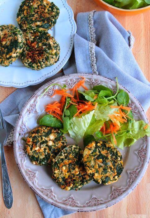 На фото Аппетитные и ароматные котлеты из шпината и тофу