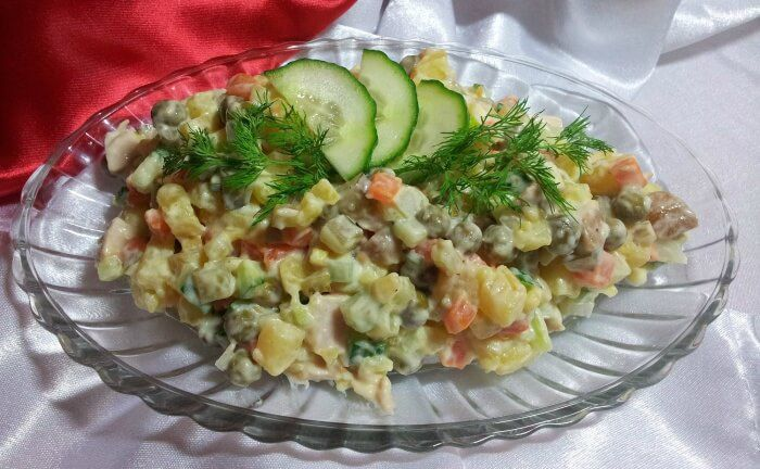 На фото Салат оливье вегетарианский