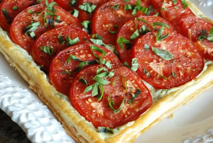 На фото Афинский пирог с помидорами и луком