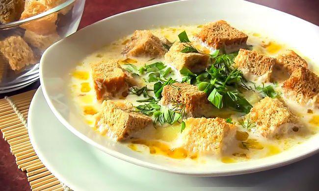 На фото Сырный суп на курином бульоне