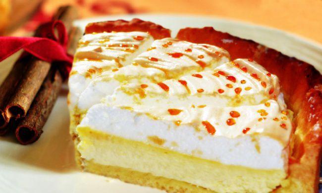 На фото Воздушный торт-суфле с творожной начинкой