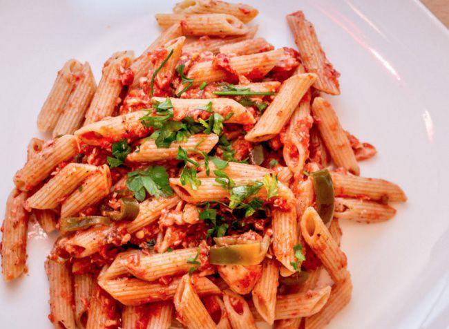На фото Паста с тунцом, базиликом и томатно-сливочным соусом