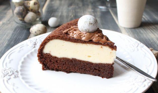На фото Шоколадный пирог с творожной начинкой в мультиварке