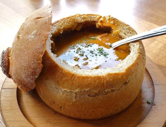 На фото Хлебные горшочки для супа в хлебе