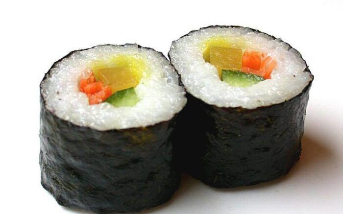 На фото Приготовление риса для суши