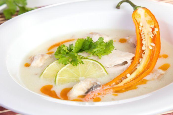 На фото Тайский бульон