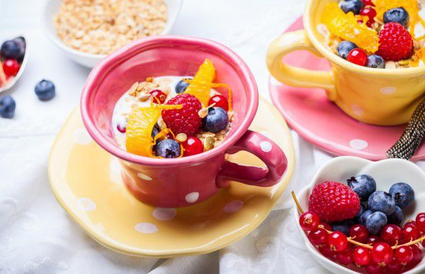 На фото Овсянка с фруктами