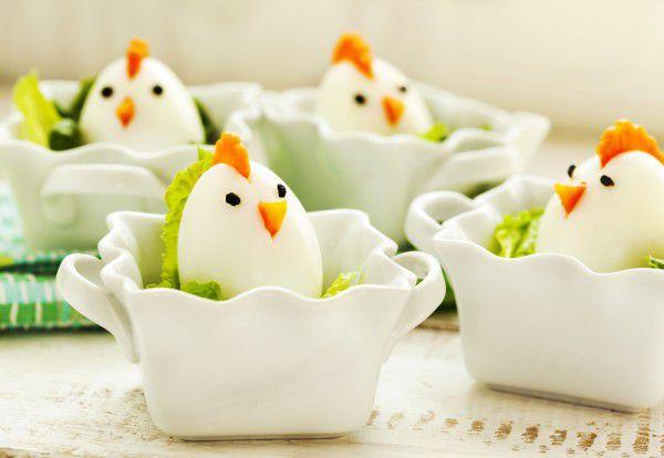 На фото Пасхальные цыплята из вареных яиц