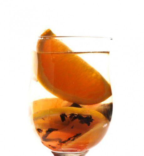 На фото Глинтвейн из белого вина с апельсинами